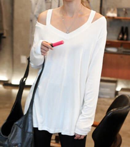 Άσπρη μπλούζα ριχτή με τους ωμούς έξω