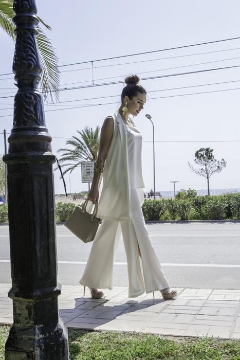 Γυναικείο παντελόνι με άνοιγμα στα πλαϊνά και με μεγάλη Μπάσκα