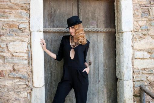 Γυναίκεια ολόσωμη φόρμα με άνοιγμα στο ντεκολτέ και τσέπες
