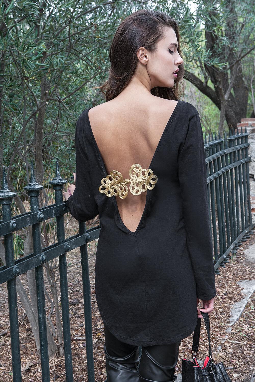 7315c444a2d6 Γυναίκεια εξώπλατη μπλούζα με δέσιμο πίσω που έχει χρυσές λεπτομέρειες