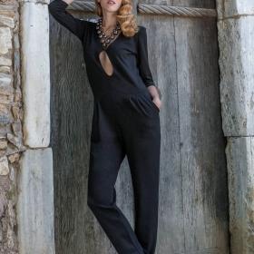 Γυναίκεια ολόσωμη φόρμα με άνοιγμα στο ντεκολτέ και με τσέπες